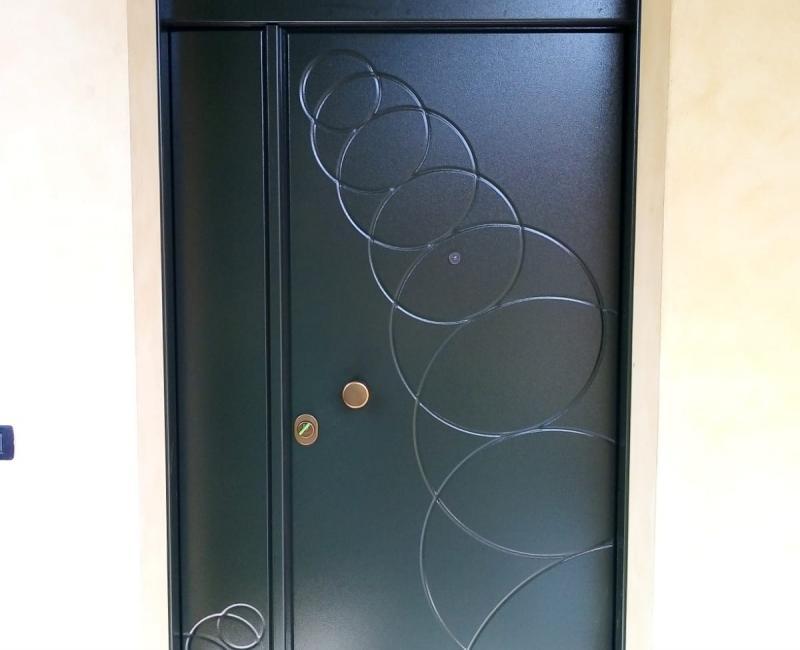 Porta con decorazioni pantografate